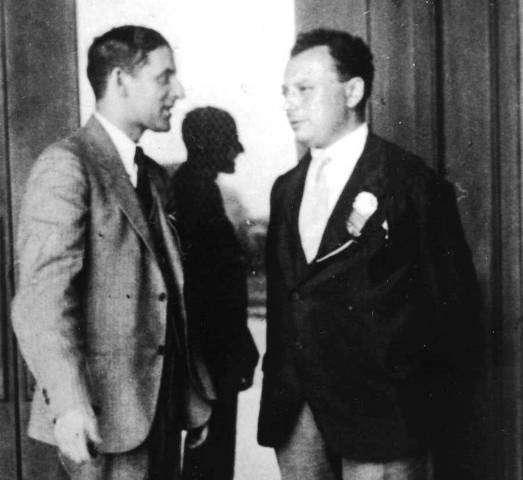 De gauche à droite, Samuel Goudsmit et Wolfgang Pauli lors d'une réunion au Caltech en 1931. © Caltech Archives