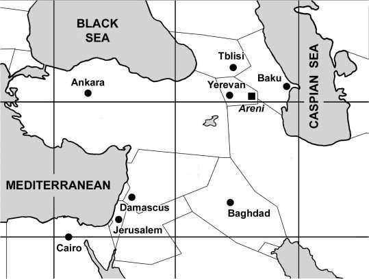 La grotte (notée ici Areni) se trouve à l'est de l'Arménie, non loin de la frontière avec l'Azerbaïdjan. Le mont Ararat, où Noé est censé avoir planté des vignes, se trouve à l'ouest, derrière la frontière turque. © Ucla