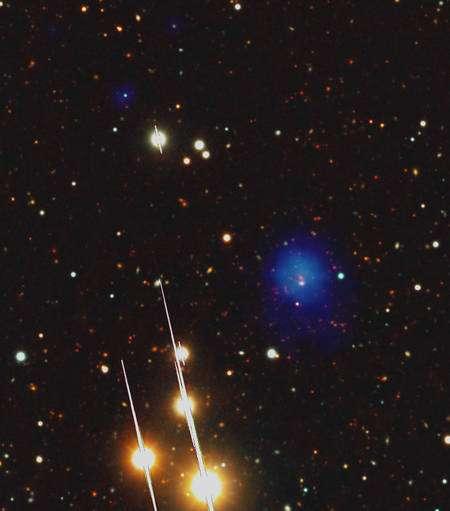 Observé dans le visible par le LBT, 2XMM J083026+524133 paraît faiblement lumineux. Sur l'image a été ajouté un halo bleu représentant l'émission en X détectée par le télescope spatial XMM Newton (voir l'image au bas de l'article). Cliquez sur l'image pour l'agrandir. © ESA XMM-Newton/EPIC, LBT/LBC, AIP (J. Kohnert)