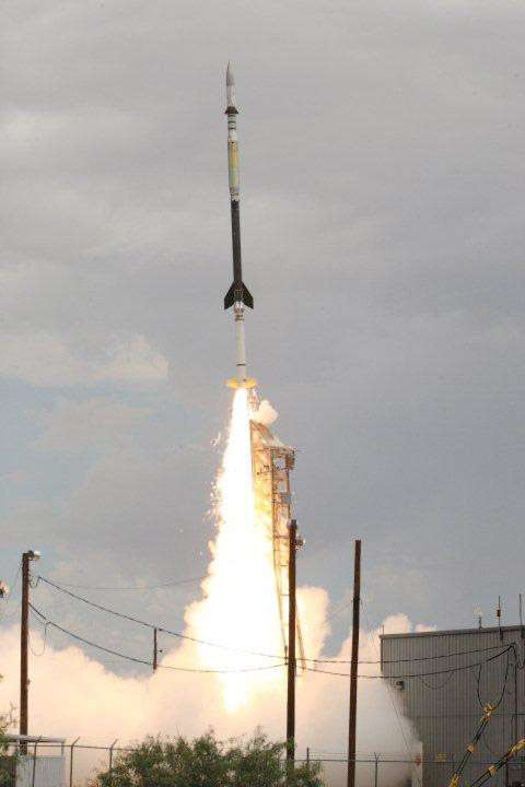 Au décollage, la fusée Black Brant qui embarque le petit télescope d'observation du Soleil HI-C. © Nasa