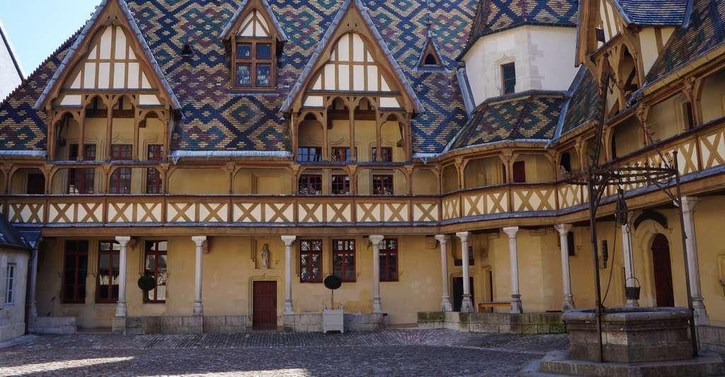 La cour de l'Hôtel-Dieu de Beaune. © PIERRE ANDRE LECLERCQ, Wikimedia commons, CC by-sa 4.0