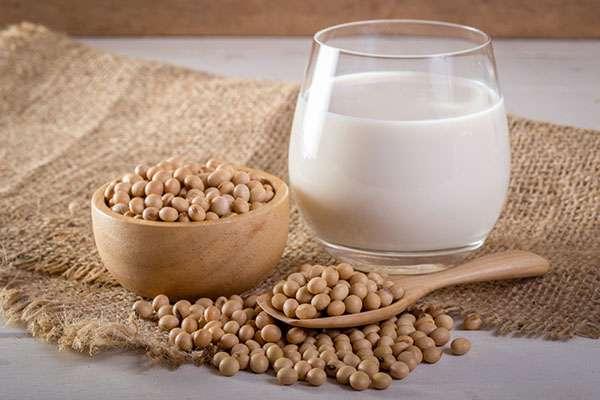 Lait et grains de soja. © Chaded, Fotolia