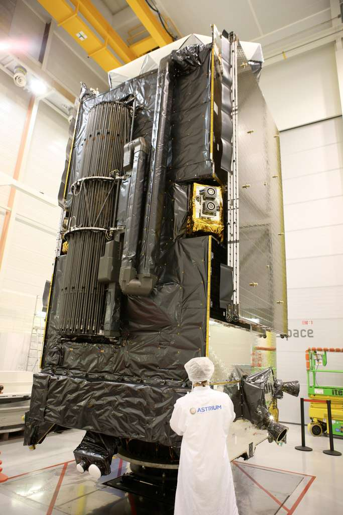Un module de propulsion électrique PPS (Plasma Propulsion System) sur Alphasat, le satellite de télécommunications commerciales le plus sophistiqué du monde. Il est ici vu dans l'usine toulousaine d'Astrium lors des mesures de masse, de centre de gravité et d'inertie. © D. Marques, Astrium