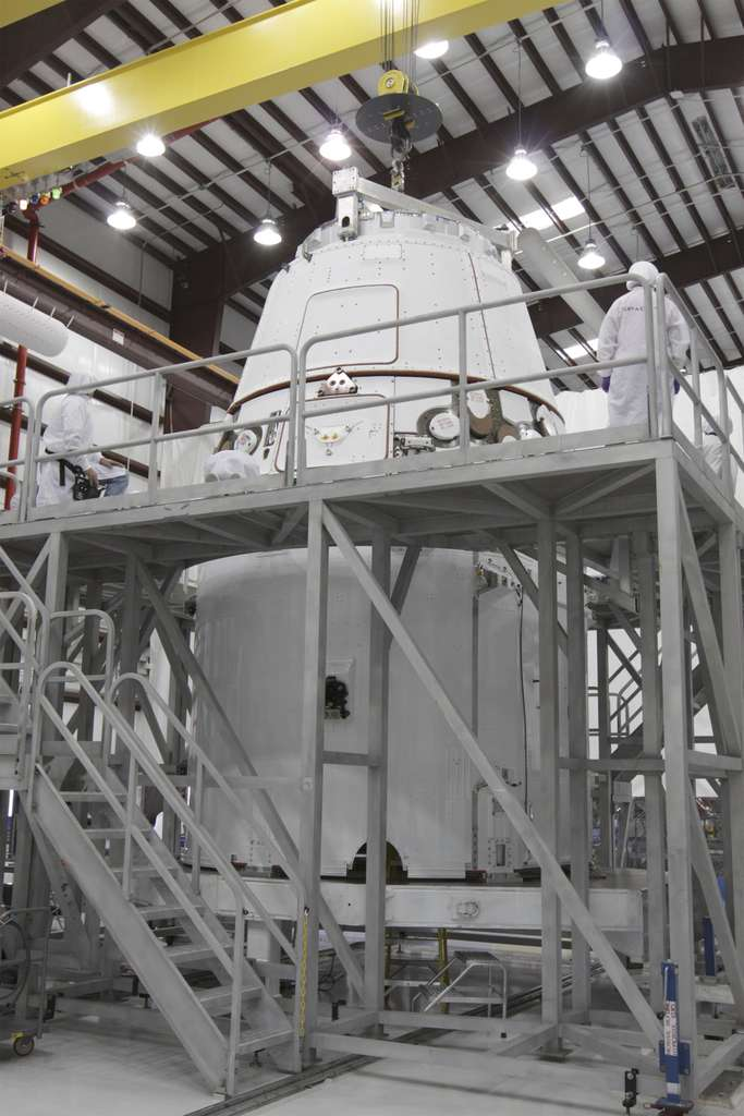 D'une masse de 6 tonnes et mesurant 5,2 mètres sur 3,6 mètres, la capsule Dragon a déjà volé dans l'espace. En décembre, elle a effectué plusieurs tours autour de la Terre avant de revenir amerrir dans l'océan Pacifique. © Nasa