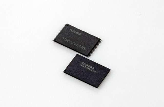 Toshiba est l'inventeur de la mémoire Flash à architecture 3D qu'il a dévoilée en 2007. La firme japonaise a travaillé conjointement avec SanDisk pour développer une puce mémoire totalisant 48 couches, contre 32 pour les mémoires Flash 3D actuelles. La production de cette NAND 3D devrait débuter courant 2016. © Toshiba