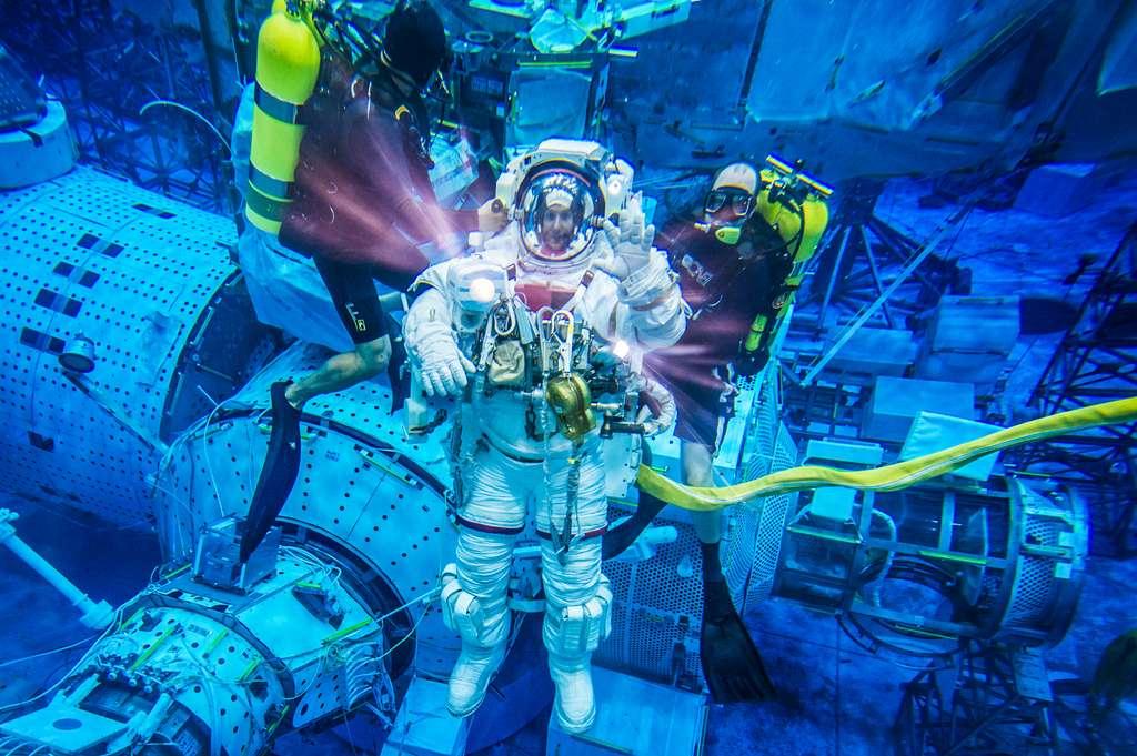 L'astronaute de l'ESA Thomas Pesquet et la maquette de la Station spatiale internationale dans la piscine d'entraînement à l'impesanteur de la Nasa, située à Houston aux États-Unis. © Nasa