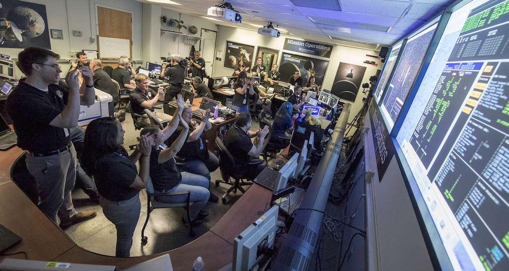 Beaucoup de joie et de soulagement au centre de contrôle de la mission New Horizons lorsque la sonde « appela la maison » pour transmettre le déroulement des opérations de la journée intense qui venait de s'écouler. Il était 0 h 52 TU, le 15 juillet. Tout s'est visiblement bien passé. © Nasa, Bill Ingalls