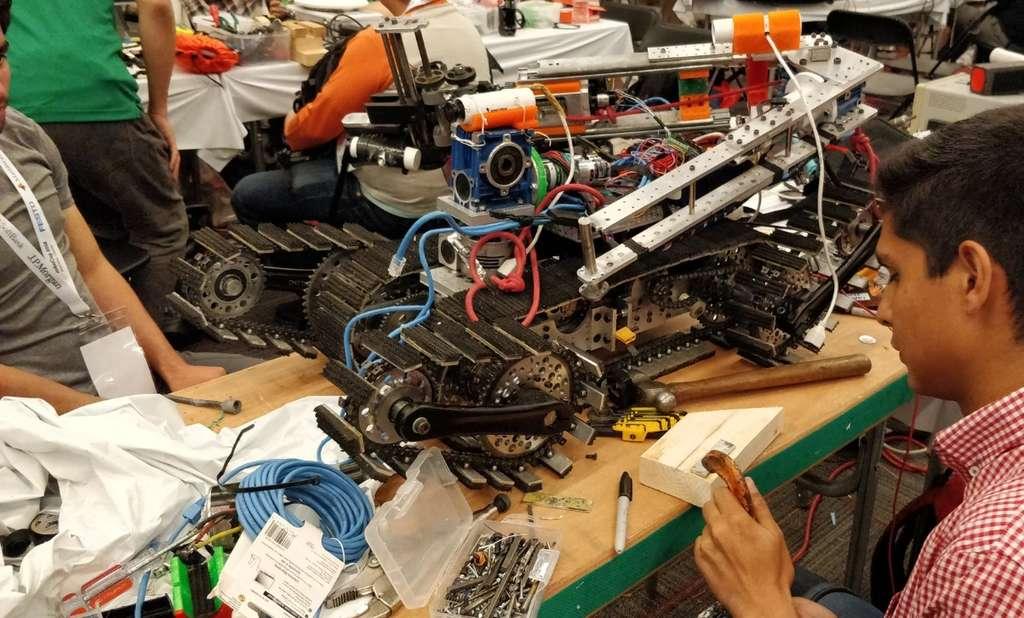 Parmi les épreuves, cette édition de la RoboCup a introduit une nouvelle catégorie, avec les robots spécialisés dans le sauvetage. On voit ici un engin à chenilles pour progresser dans un milieu inaccessible aux humains. © Jonathan Ginés / Twitter