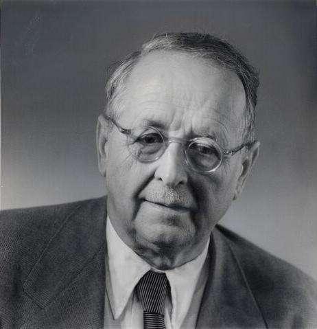 Le grand mathématicien et physicien Hermann Weyl, le plus doué des élèves de Hilbert, a beaucoup fait pour montrer l'importance des groupes en physique quantique. On lui doit aussi un excellent petit livre de vulgarisation sur le concept de groupe (Symétrie et mathématique moderne) et les connexions avec la notion de symétrie dans les sciences de la nature, qu'il s'agisse de la cristallographie, de la biologie ou de la théorie de la relativité, voire du domaine artistique. © ETH Zurich