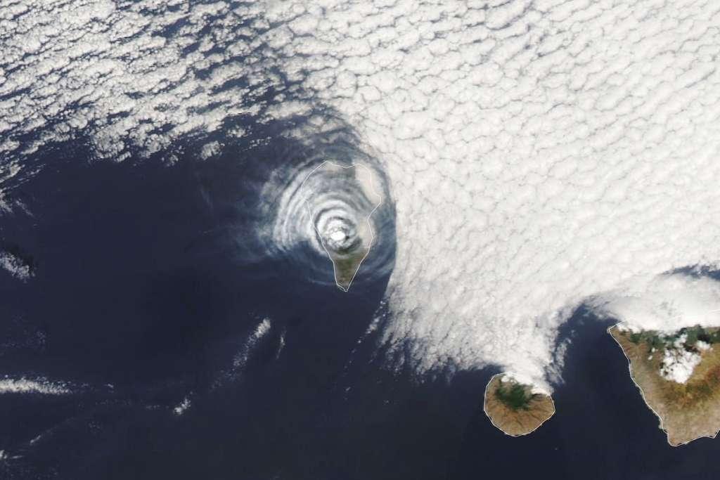 Zdjęcie zrobione 1 października 2021 nad La Palmą na Wyspach Kanaryjskich.  Fale grawitacyjne widziane z kosmosu powstały po erupcji wulkanu Cumbre Vega.  © Obserwatorium Ziemi NASA