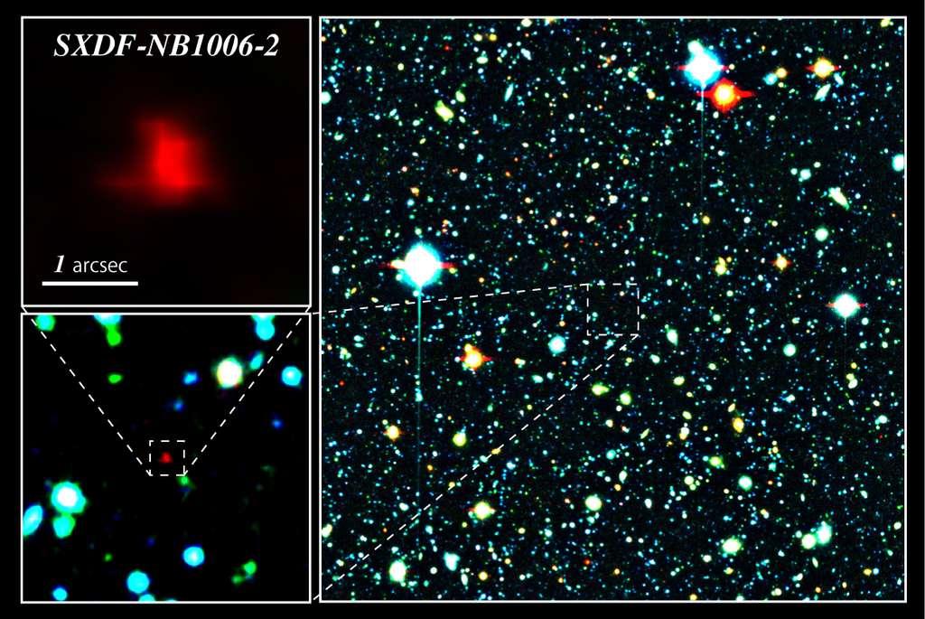 À droite, la galaxie de couleur rouge située au centre de l'image est la galaxie distante SXDF-NB1006-2. À gauche, zooms sur la galaxie distante. © NAOJ, ESO