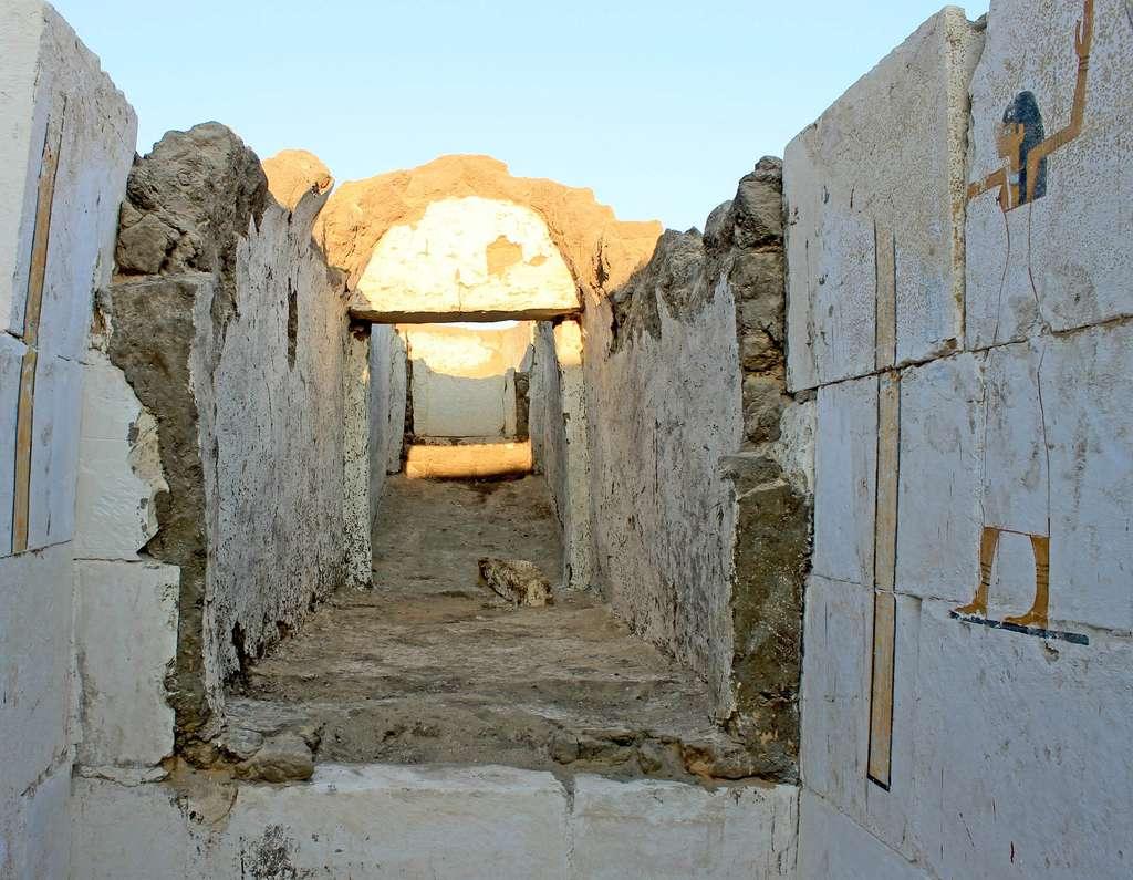 La tombe du pharaon Woseribre Senebkay à ciel ouvert. Les murs de calcaire blanc portent des cartouches et des représentations de quatre déesses. © Josef Wegner, Penn Museum
