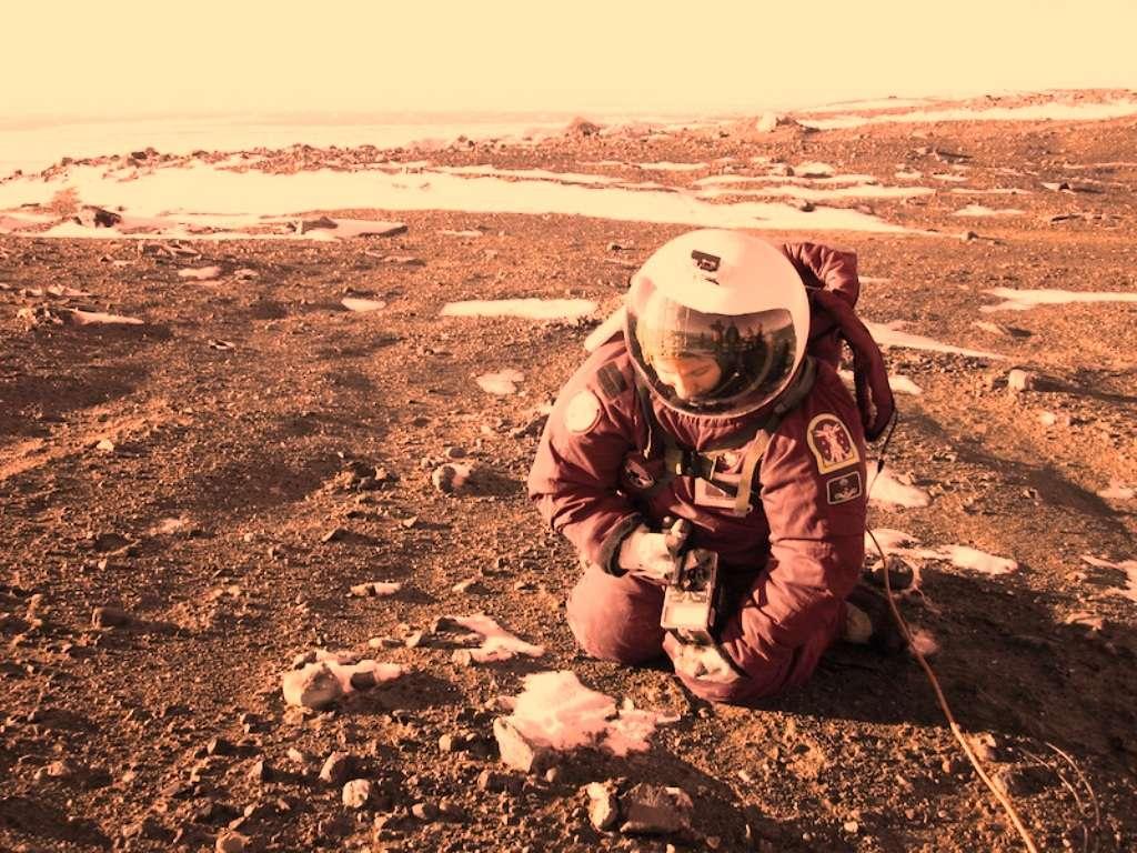 Margarita Marinova semble ici mesurer la radioactivité du sol martien à l'aide d'un compteur Geiger. © Jon Rask