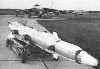 Missile Bold Orion prêt à être installé sous un B47 Stratojet en 1959. Crédit US Army.