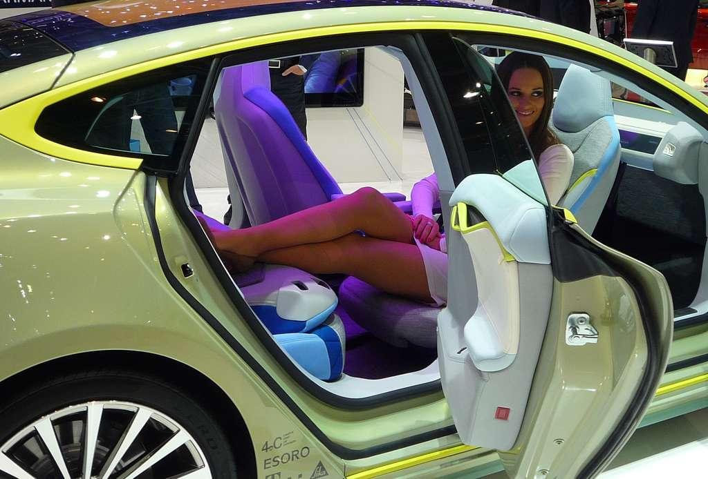 Le concept XChangE de Rinspeed transforme l'habitacle de l'auto en un véritable espace de vie, pour se relaxer ou travailler avec un confort équivalent à ce que l'on peut trouver dans une classe affaires à bord d'un avion. Mais avant de voir le jour, il faudra que les voitures autonomes fassent partie du quotidien. © Emmanuel Genty (EP), Futura-Sciences