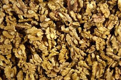 """Les cerneaux de noix sont rigoureusement sélectionnés et contrôlés avant achat : la qualité dépend du moment de la récolte, du stockage, du tri et du décorticage"""". 6 kg de noix permettent d'obtenir 2 kg de cerneaux qui donneront 1 litre d'huile. © Toute reproduction et utilisation interdites"""