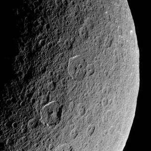La surface de Rhéa fortement cratérisée. Cliquez pour agrandir. Crédit : Nasa/JPL