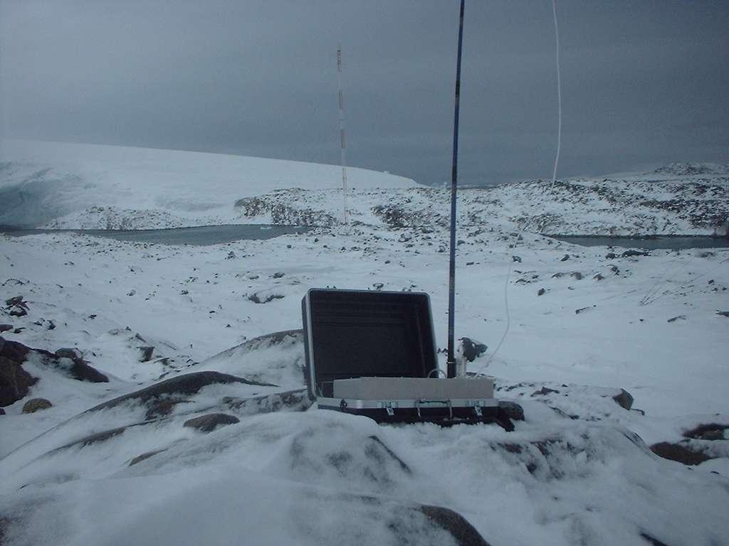 Dispositif transportable de prélèvement de l'air de la National Oceanic and Atmospheric Administration (NOAA). Des équipements similaires ont été déployés en plus de 40 points dans le monde. Cette photographie a été prise à la station Palmer sur la péninsule antarctique. © NOAA, ESRL