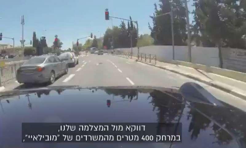 La voiture autonome de Mobileye au moment où elle s'apprête à griller le feu rouge. © Channel 10