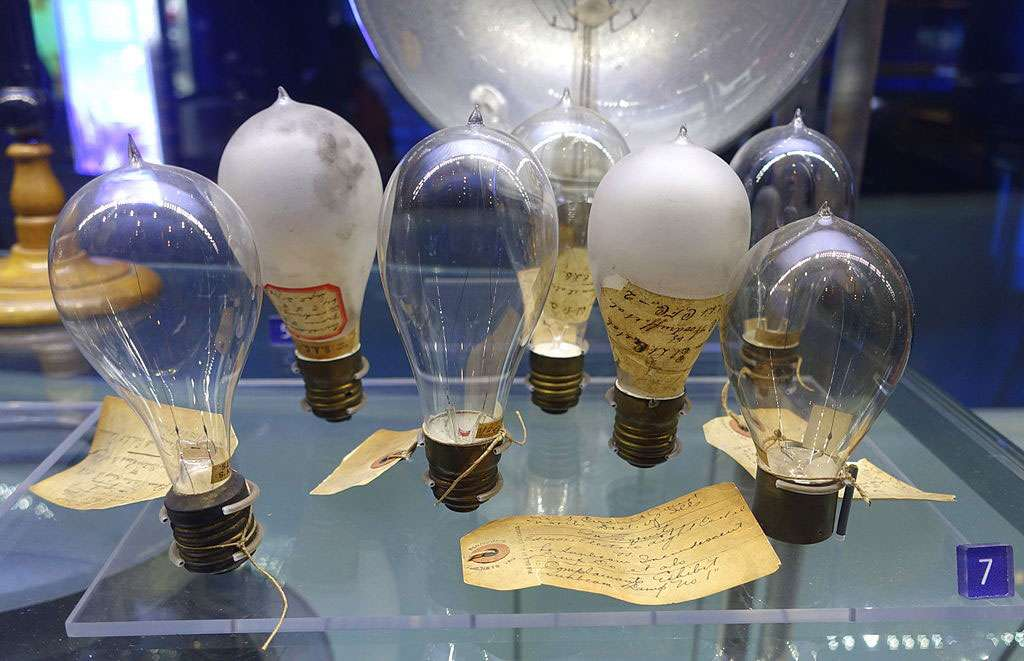 Les différents types d'ampoules testés par Edison. © Daderot, Domaine public