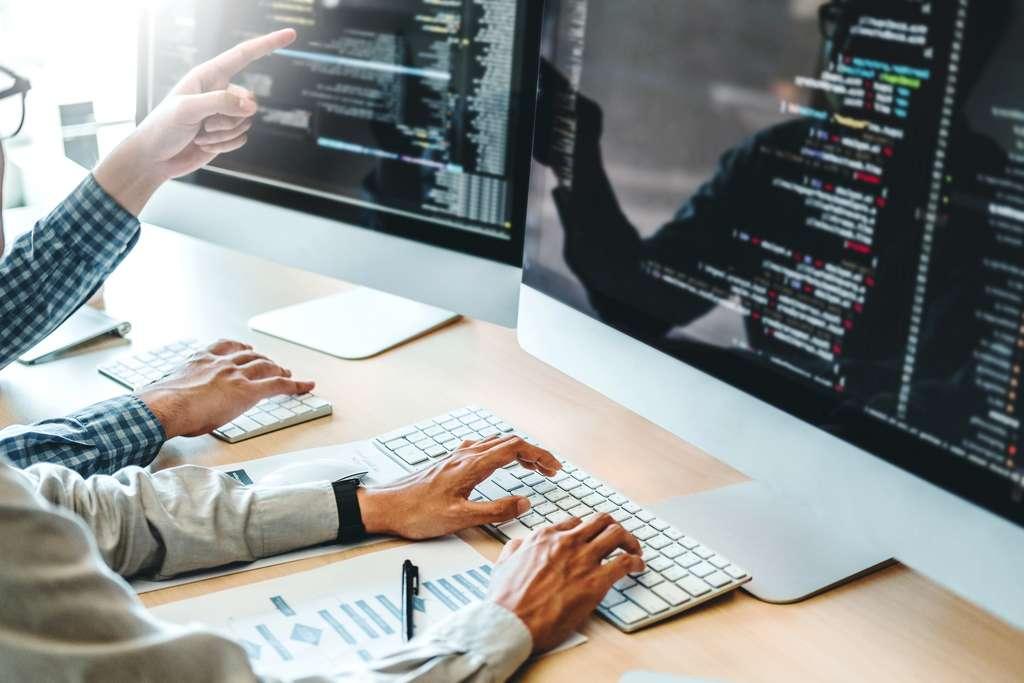 Les développeurs restent parmi les métiers les plus recherchés par les entreprises. © joyfotoliakid, Adobe Stock