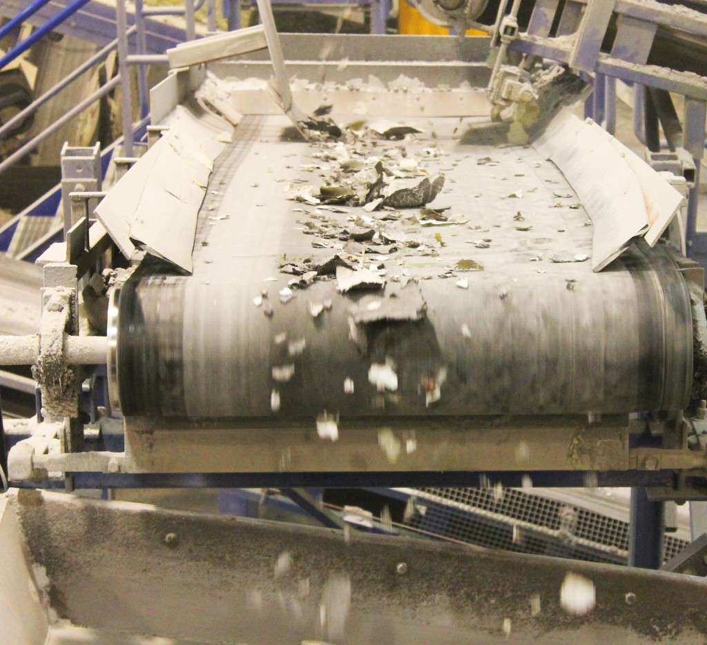 Voilà tout ce qui reste d'un panneau photovoltaïque après son broyage. Différents traitements chimiques et mécaniques vont maintenant séparer les composants. © PV Cycle