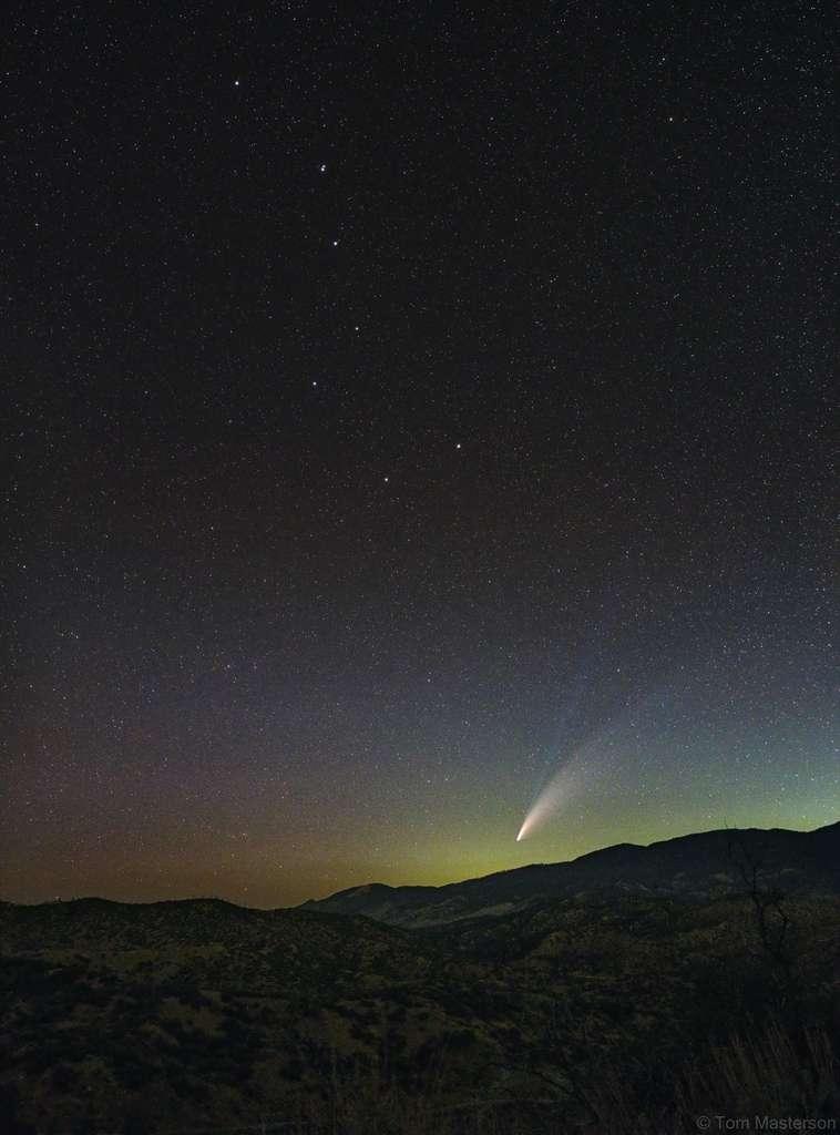 La comète Neowise photographiée en Californie. L'astérisque de la Grande Casserole (les sept étoiles les plus brillantes de la Grande Ourse) est visible de l'astre chevelu. Superbe photo où l'on peut aisément distinguer la queue de plasma (bleutée) et la queue de poussière (blanche). © Tom Masterson, Apod (Nasa)