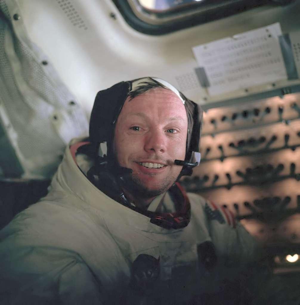 Neil Armstrong, le 21 juillet 1969, dans le module lunaire, peu après sa première promenade sur la surface de la Lune. Il décédera en août 2012 à l'âge de 82 ans de complications après une opération cardiovasculaire. © Nasa