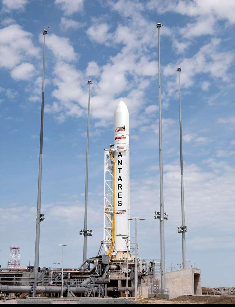 Le lanceur Antares (anciennement Taurus II) sur son pas de tir de la base de Wallops pour son premier lancement, le 21 avril 2013. © Orbital Sciences