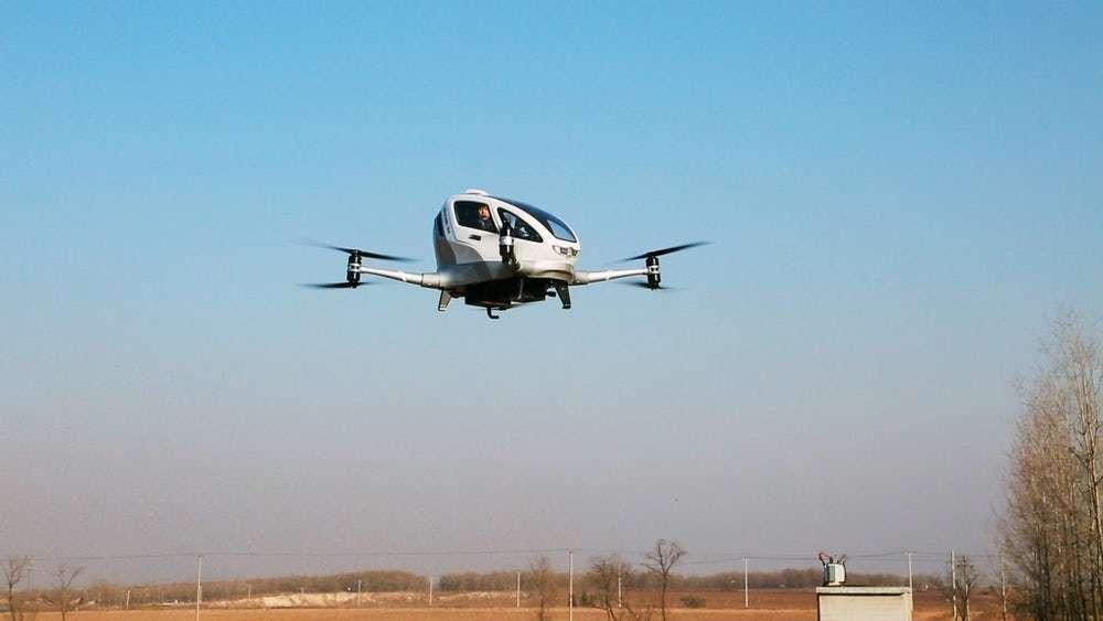 Le drone taxi Ehang 184 durant son vol avec passager. © Ehang