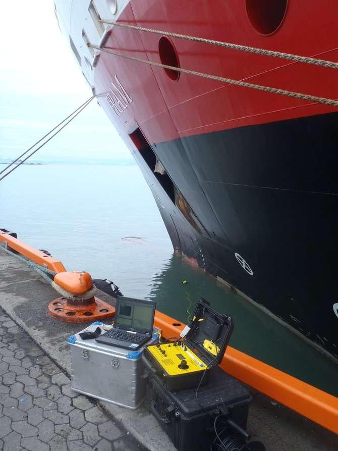 Les ROV (Remote Operated Vehicle) permettent d'analyser sur les coques immergées des bateaux la présence de fouling. En complément du ballast, le développement d'espèces microbiennes sur une coque facilite l'introduction d'espèces exotiques. © Christopher Ware