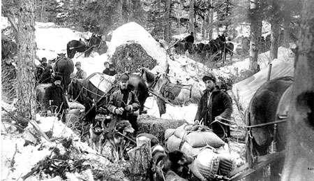 La voyage, Porcupine Hill, White Pass trail, 1898.