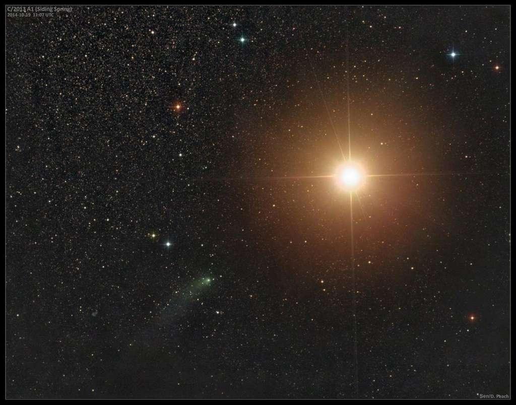 Vue de la Terre, cette fois. L'astrophotographe Damian Peach a imagé la comète Siding Spring, quelques heures avant sa rencontre avec Mars, le 19 octobre. Le petit corps glacé de 500 m était environ 1.000 fois moins brillant que la planète rouge, visible en ce moment aux portes de la constellation du Sagittaire. © Damian Peach