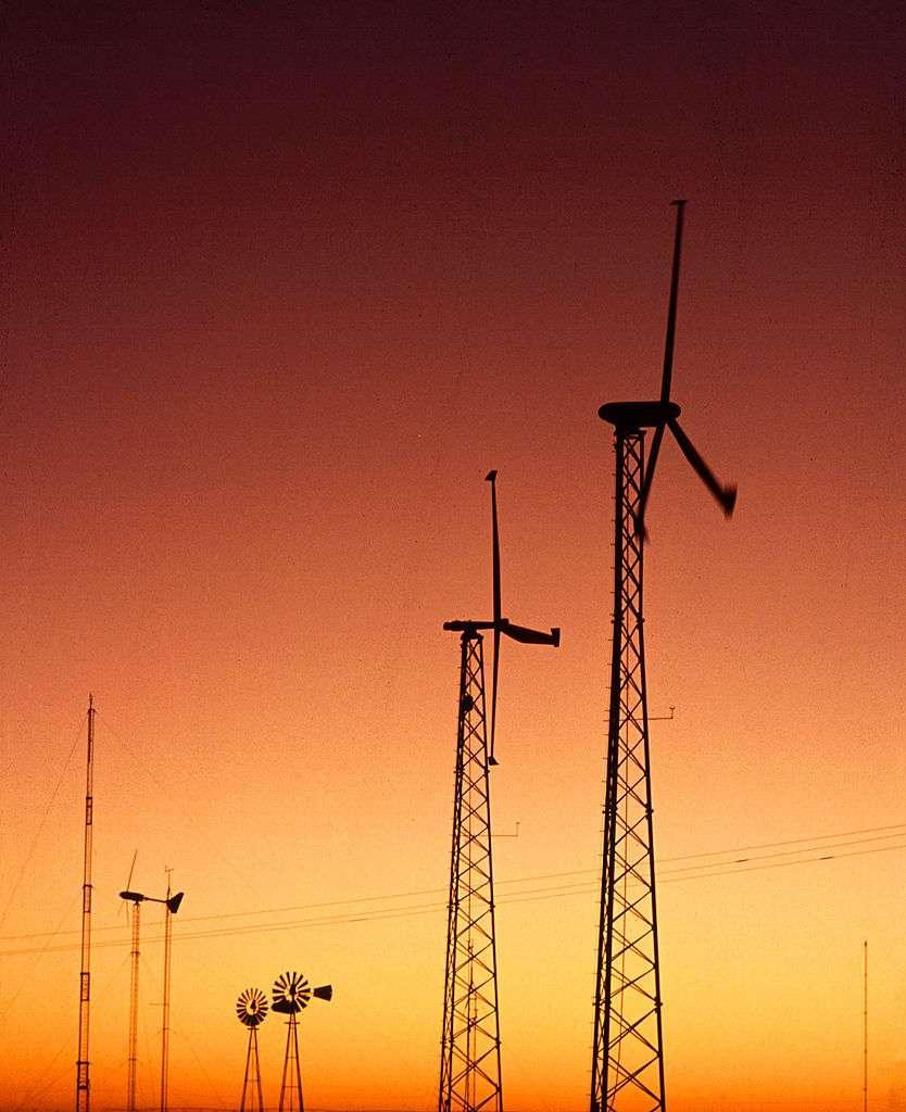Deux éoliennes du Texas qui servent à alimenter les pompes à eau électriques. © United State Department of Agriculture, DP