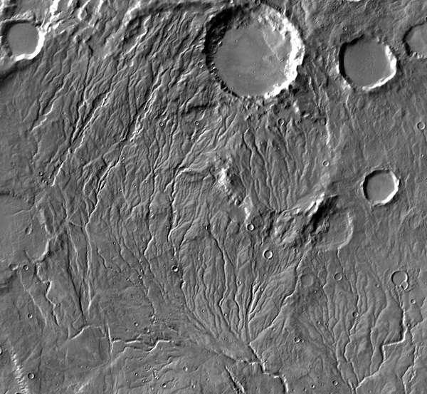 Le réseau des vallées martiennes a été observé pour la première fois par Mariner 9, en 1972. Ces vallées ont rapidement été vues comme une preuve que de l'eau liquide avait pu couler sur Mars. Ici, Warrego Valles. © Nasa, JPL-Caltech, Arizona State University