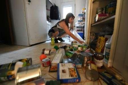 Tammy Sears range sa cuisine secouée par un séisme de magnitude 7,1, à Ridgecrest, dans le sud de la Californie, le 6 juillet 2019. © Robyn Beck, AFP