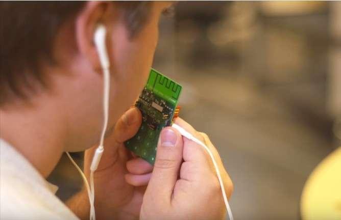 Pour parler, l'utilisateur appuie sur un bouton qu'il relâche au moment d'écouter son interlocuteur. © Mark Stone, University of Washington