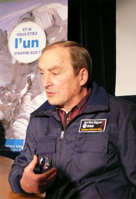 Comme tous les astronautes savent le faire, Jean-Pierre Haignéré se prête au jeu des interviews et témoigne de l'extraordinaire privilège d'exercer ce métier. © Futura-Sciences