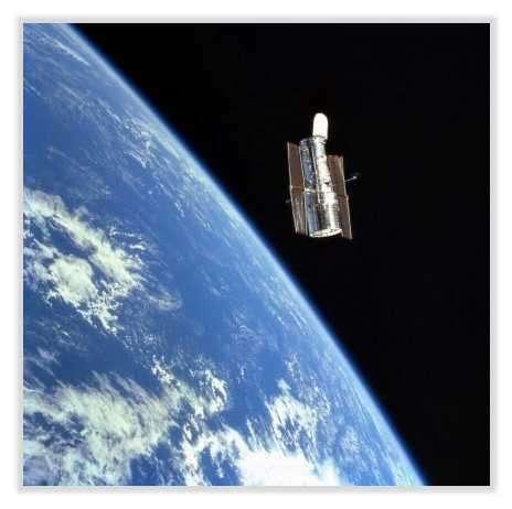 Le télescope Hubble objectif (~2.40m) et résolution (moins de 10 cm au sol à 300 km d'altitude) regarde vers le ciel, il est au service de l'astronomie © Documents NASA et T.Lombry