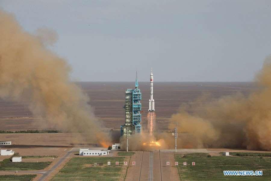 Décollage du lanceur Longue March 2F qui emporte le véhicule spatial Shenzhou-10. © Xinhua, News CN