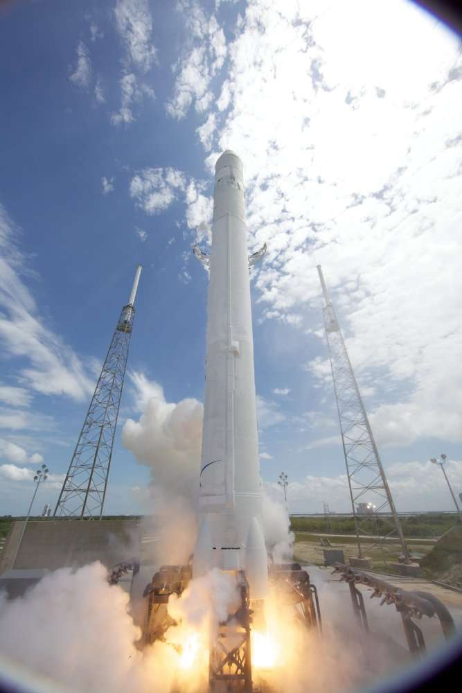Le lanceur Falcon-9 au décollage pour son premier vol, depuis Cap Canaveral, le 4 juin 2010. L'engin mesure 54,9 m de hauteur pour un diamètre de 3,60 m. © Space X/Chris Thompson