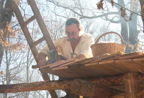Pose de tavaillons (tuiles en bois) qui recouvrent certains ateliers du chantier. © Guedelon - Reproduction et utilisation interdites - Tous droits réservés
