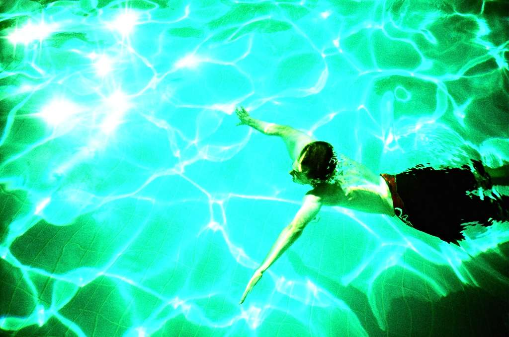 Sous l'effet de la chaleur et des rayons ultraviolets, les algues prolifèrent dans les piscines. © Laura Thorne, Flickr CC BY-NC-ND 2.0