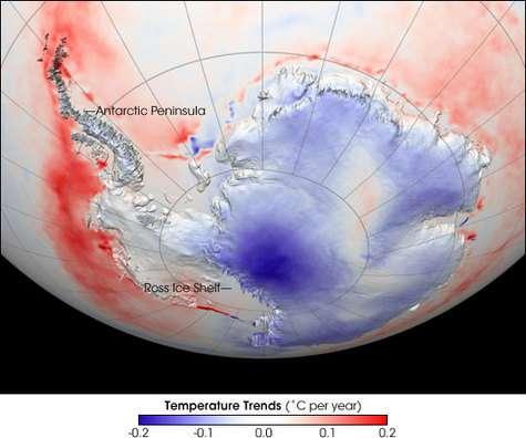 Tendance des températures en Antarctique pour la période 1982-2004. Alors qu'il s'est réchauffé sur les bords, le centre du continent a vu sa température diminuer. Crédits : NASA