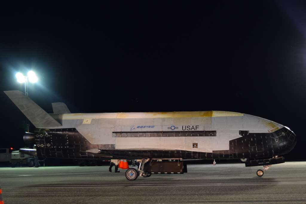 Gros plan sur le X-37B, de retour d'une mission record de 780 jours dans l'espace. © Air Force, Jeremy Webster