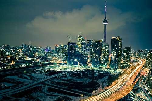 La tour CN trône au beau milieu de la ville de Toronto. © Tomms