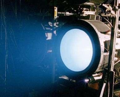Le moteur ionique nouvelle génération NEXT, lors de sa campagne de tests au centre de recherche Glenn (Crédits : NASA)