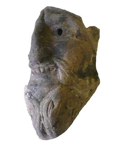 Masque miniature (H 13,5 cm) en terre cuite pouvant représenter un satyre, trouvé dans la couche de destruction du rez-de-chaussée de la maison romaine, sous le forum byzantin. © Mafad 2019, tous droits réservés