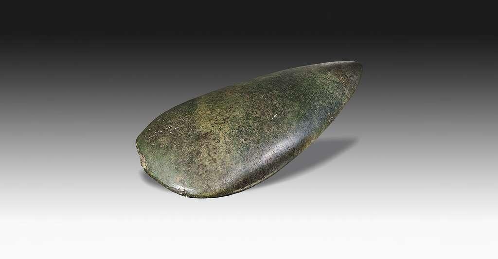 Quels sont les minéraux indicateurs ? Ici, une hache néolithique en éclogite (muséum de Toulouse). © Didier Descouens, CC by-sa 3.0