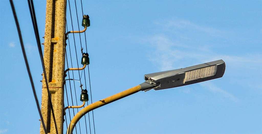Un lampadaire à Led équipé du capteur Kara. Ce dernier ne pilote pas directement les Led, mais l'électronique, de sorte qu'en cas de défaillance, le lampadaire peut continuer à fonctionner. Une garantie indispensable pour pouvoir se positionner sur des marchés publics. © Kawantech